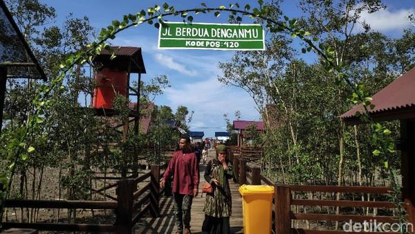 Seiring berjalannya waktu, Kabupaten Batubara mengalami pemekaran di tahun 2006 dan mengambil alih Pantai bersejarah ini. Dari sinilah, Azizi bersama kelompoknya bergerak untuk menanam mangrove agar ekosistem yang ada di Pantai Perupuk bisa kembali seperti semula.