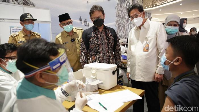 Menteri kesehatan Budi Gunadi Sadikin didampingi direktur utama Bank Mega Kastaman Thayib bersama wakil walikota Depok Imam Budi Hartono meninjau vaksinasi massal yang di gelar di Trans Studio Mall Cibubur, Jawa Barat, Senin (28/6/2021).