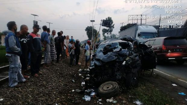 mobil tertabrak kereta api di malang