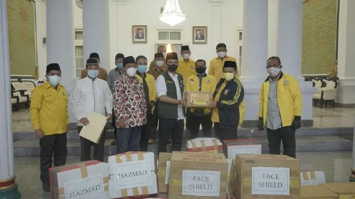 Pemberian Bantuan Golkar ke Pemkab Bangkalan