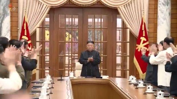 El líder norcoreano, Kim Jong Un, celebró la primera reunión del año con altos funcionarios del partido en el buró político (politburó).  (Captura de pantalla de la Agencia Central de Noticias de Corea (KCNA) a través de Twitter)