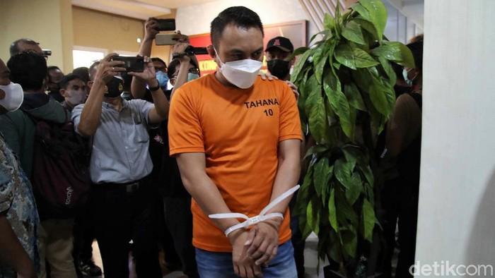 Pengemudi Pajero pelaku penganiayaan dan perusakan sopir truk di Jakarta Utara ditangkap polisi. Ia mengaku tersulut emosi saat melakukan aksinya tersebut.