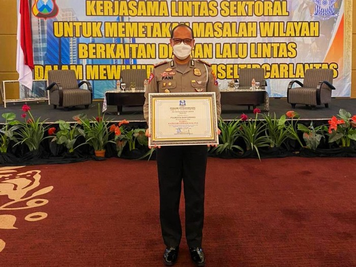 Polresta Banyuwangi juara operasional pos penyekatan mudik Lebaran 2021. Polisi Banyuwangi mendapat nilai terbaik dari Polres lainnya.