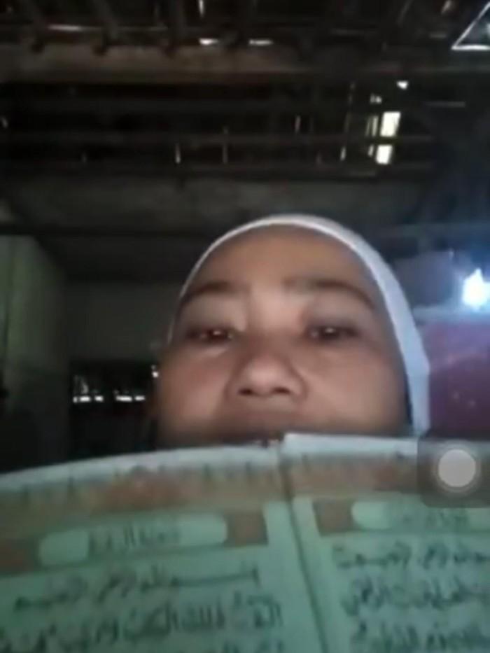 Potongan gambar video viral berisi perempuan menghina Al-Quran dan membakar bendera Merah Putih. (Tangkapan layar)