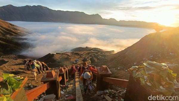 Keren banget ya Allah, keindahan alam di Gunung Bromo seperti surganya dunia, semua sisi sekeliling Gunung Bromo, semuanya beautiful, hamparan kabut awan di atas Kaldera Bromo indah banget, ujar salah satu pengunjung asal Surabaya, Citra (37). (M Rofiq/detikTravel)