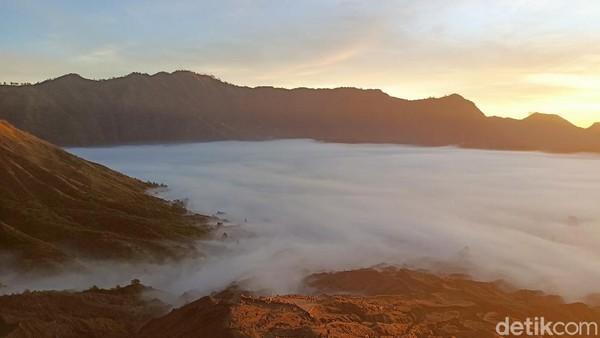 Konon pesona matahari terbit dari balik perbukitan Gunung Bromo, merupakan salah satu matahari terbit dan yang paling sempurna dan bagus di dunia. (M Rofiq/detikTravel)