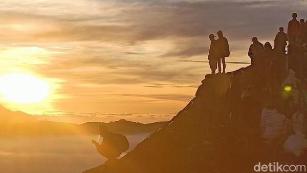 Warna kuning keemasan yang muncul dari balik bukit membuat pengunjung takjub akan keindahan buatan sang pencipta. Tak ayal sinar sang surya ini membuat pengunjung selalu mengabadikan melalui bidikan lensa kamera maupun dari kamera ponsel. (M Rofiq/detikTravel)