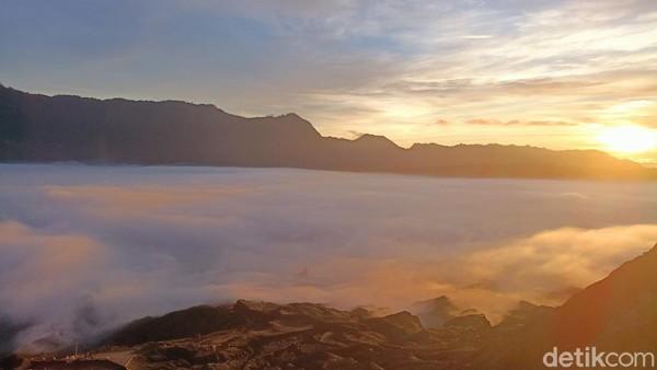 Siapa yang tidak kenal dengan keindahan Gunung Bromo yang berada di Desa Ngadisari, Kecamatan Sukapura, Kabupaten Probolinggo, Jawa Timur? Jika traveler beruntung, bakal bisa menyaksikan hamparan awan kabut Bromo yang seperti Negeri di Atas Awan. (M Rofiq/detikTravel)