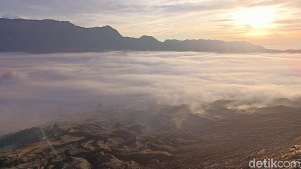 Jika dilihat dari atas bukit atau kawah Gunung Bromo, kabut berwarna putih yang memenuhi kaldera terlihat seperti hamparan kapas hingga memanjakan mata kita. (M Rofiq/detikTravel)