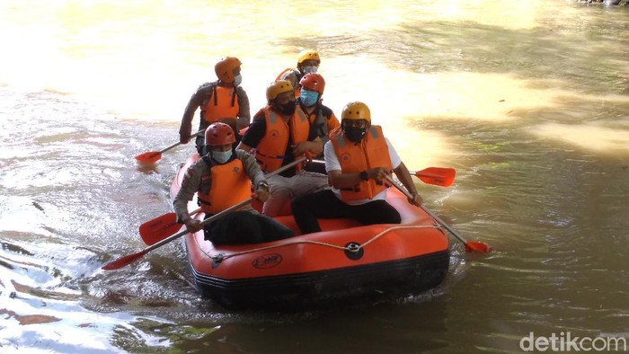 Wali Kota Medan Bobby Nasution menyusuri Sungai Deli.