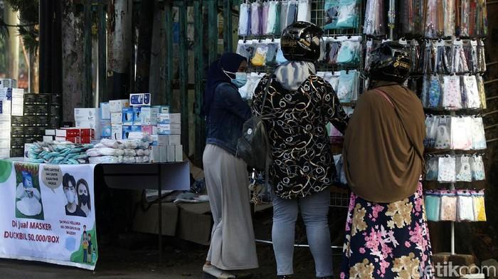 Penambahan kasus baru virus Corona di RI mencapai 20.694 kasus pada Senin (28/6). Melonjaknya virus Corona berdampak meningkatnya penjualan masker di pinggir jalan.