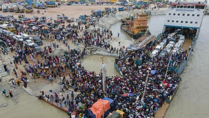Puluhan ribu pekerja migran meninggalkan Dhaka, ibu kota Bangladesh pada Minggu (27/6) waktu setempat.