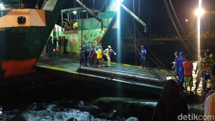 Sebanyak 14 orang masih dinyatakan hilang dalam tenggelamnya KMP Yunicee di Selat Bali. Sementara 33 penumpang ditemukan dalam kondisi selamat.