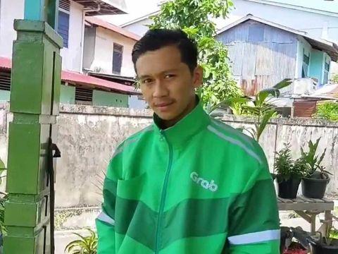 Foto Aris yang bekerja sebagai ojol, sambil mengikuti kelas online.