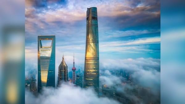 J Hotel Shanghai Tower diklaim sebagai hotel tertinggi di dunia. J Hotel menempati lantai atas Menara Shanghai setinggi 632 meter merupakan gedung tertinggi di seluruh China.