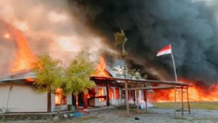 Merasa tak puas dengan putusan MK, sejumlah massa membakar kantor pemerintahan di Yalimo, Papua.