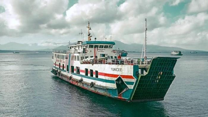 Kapal Motor Penumpang (KMP) Yunice yang melayani penyeberangan di Selat Bali tenggelam. Proses evakuasi sedang dilakukan. Video tenggelam dan evakuasi KMP Yunice pun viral di media sosial.