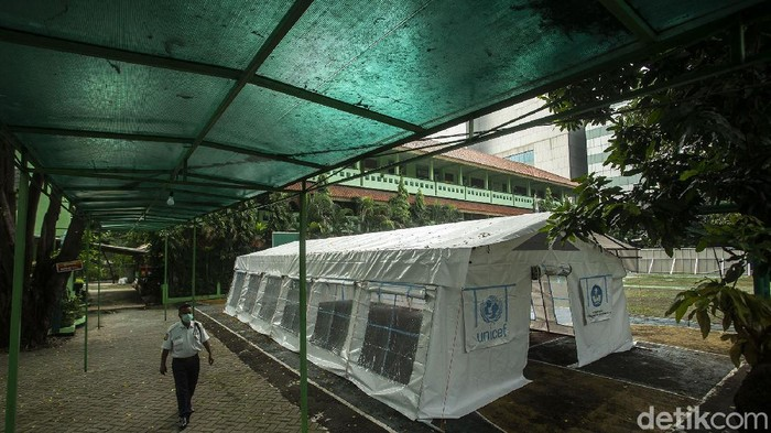 Pihak RSUD Tarakan membangun tenda darurat untuk pasien isolasi COVID-19 di SDN 02 Cideng 02 Pagi, Jakarta. Tenda itu untuk mengantisipasi lonjakan pasien COVID-19.
