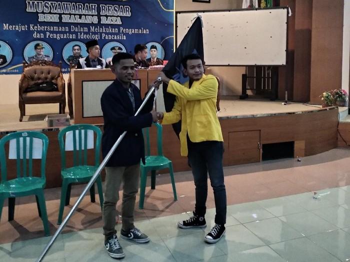 Koordinator BEM Malang Raya, Zulfikri Nurfadhillah (almamater kuning)