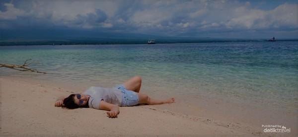 Menikmati indahnya langit dan pasir pantai