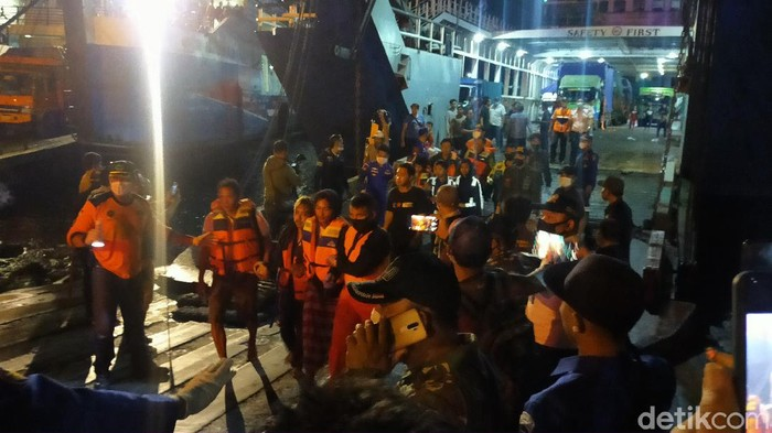 KMP Yunicee mengalami pecah lambung dan tenggelam di perairan Gilimanuk, Selat Bali, saat sedang antre untuk bersandar di Pelabuhan ASDP Gilimanuk.