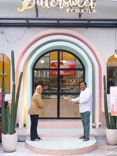 Najla Bisyir dan suami di depan cafe Bittersweet by Najla.