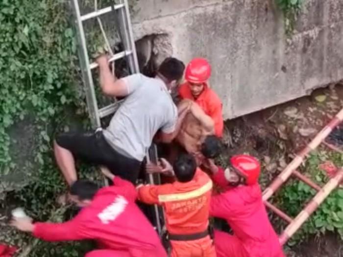Penyelamatan pria terjebak di dalam gorong-gorong