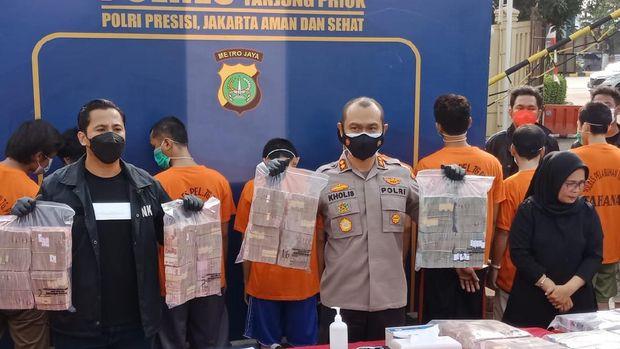 Polisi pamerkan barang bukti kasus penyelundupan sabu 2 kg via Pelabuhan Tanjung Priok, Selasa (29/6/2021).