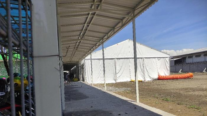 RS Anwar Medika Jalan Bypass Krian, Sidoarjo mendirikan tenda darurat
