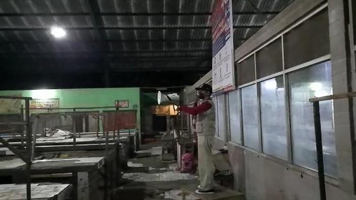 Petugas Pasar Kebonagung, Kota Pasuruan sosialisasi prokes pada malam hari saat pasar sepi, seolah sosialisasi ke makhluk gaib. Apa maksud dari pembuatan video itu?