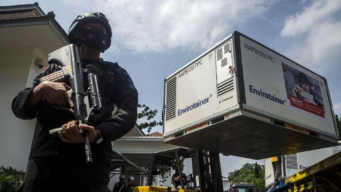 Anggota kepolisian berjaga di dekat Envirotainer berisi bahan baku vaksin COVID-19 Sinovac saat tiba di Bio Farma, Bandung, Jawa Barat, Selasa (25/5/2021). Sedikitnya 8 juta dosis dalam bentuk bulk vaksin Sinovac pada tahap ke-13 tersebut tiba di Bio Farma untuk diproses dan didistribusikan guna mempercepat rencana vaksinasi sedikitnya 70 persen penduduk atau sekitar 181,5 juta penduduk Indonesia untuk mempercepat kekebalan komunal terhadap COVID-19. ANTARA FOTO/Novrian Arbi/rwa.
