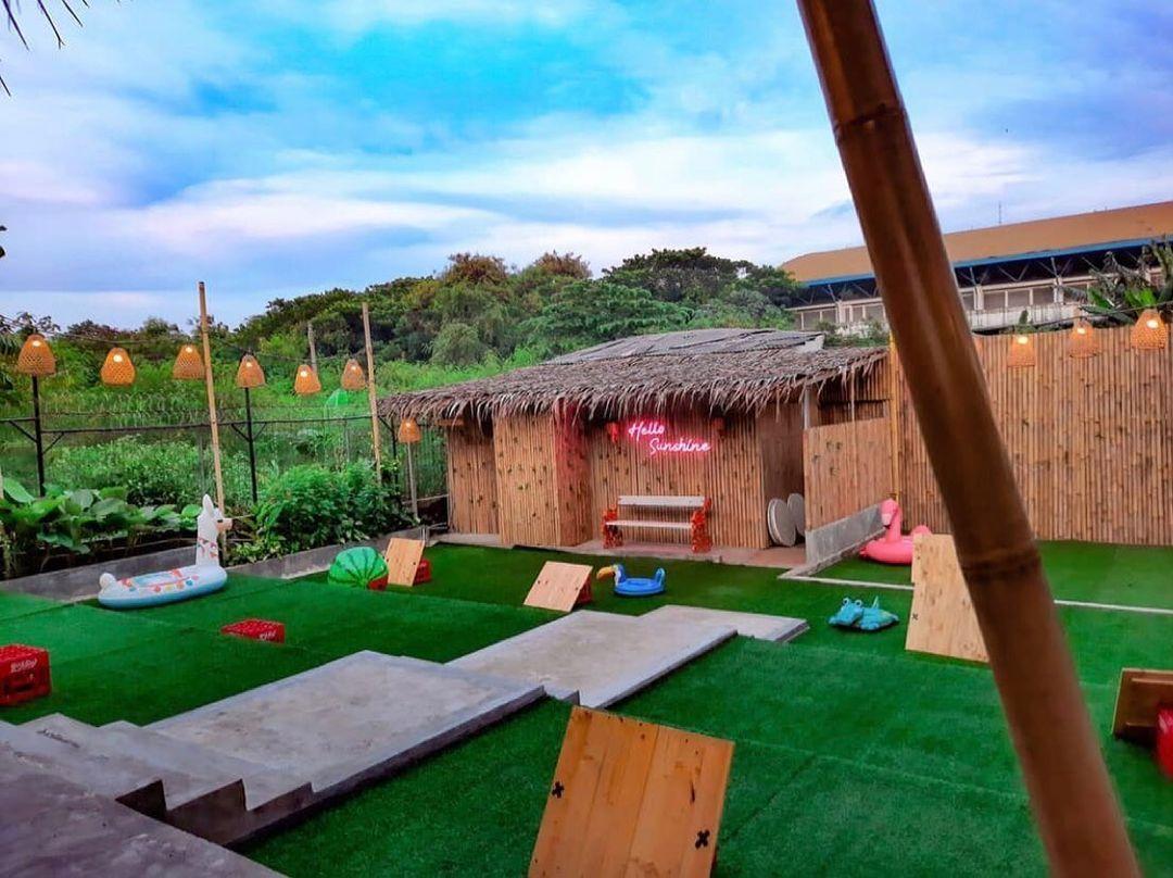 5 Tempat Makan Berkonsep Taman Ini Cocok Buat Piknik Seru!