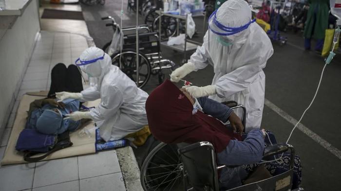 Petugas medis melakukan tes usap PCR terhadap pasien COVID-19 di selasar Ruang IGD RSUD Cengkareng, Jakarta, Rabu (23/6/2021). Meningkatnya kasus COVID-19 di ibu kota dalam beberapa hari terakhir mengakibatkan penuhnya tingkat keterisian kamar perawatan di rumah sakit tersebut sehingga sebagian pasien COVID-19 terpaksa antre untuk mendapatkan tempat perawatan. ANTARA FOTO/Fauzan/hp.