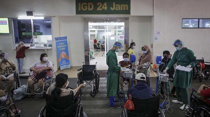 Petugas medis melakukan pemeriksaan terhadap pasien COVID-19 di selasar Ruang IGD RSUD Cengkareng, Jakarta, Rabu (23/6/2021). Meningkatnya kasus COVID-19 di ibu kota dalam beberapa hari terakhir mengakibatkan penuhnya tingkat keterisian kamar perawatan di rumah sakit tersebut sehingga sebagian pasien COVID-19 terpaksa antre untuk mendapatkan tempat perawatan. ANTARA FOTO/Fauzan/hp.