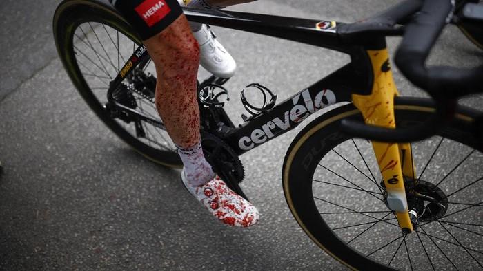 Tour de France (TDF) 2021 baru berjalan 4 etape. Namun sejumlah pebalap sudah terlibat tabrakan dan kecelakaan fatal. Semangat membara demi yang tercepat.