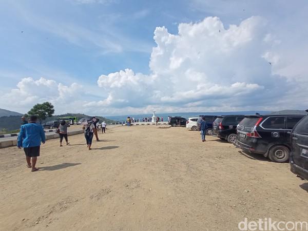 Meski masih dalam pembangunan, kawasan ini rudah ramai wisatawan karena pemandangannya yang sangat indah.