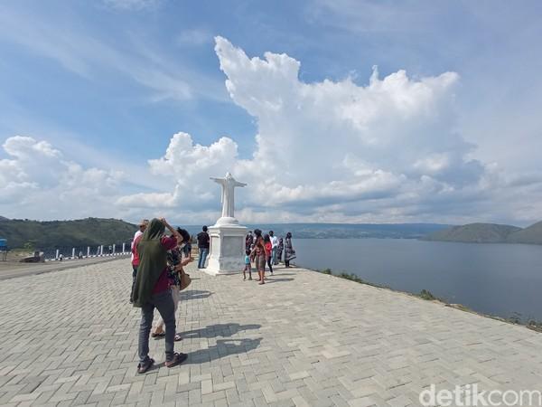 Sebelum melihat yang versi raksasa, di pinggir danau ada patung Yesus dengan ukuran lebih kecil.