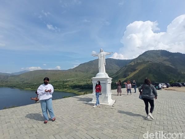 Saking ramainya berfoto di patung Yesus, wisatawan harus stand by di samping patung tiap kali pengunjung lain selesai foto.