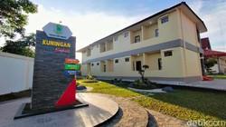 Gedung Pusdiklat BKPSDM di Kabupaten Kuningan dirombak jadi lokasi isolasi pasien Corona. Gedung itu akan tampung pasien COVID-19 bergejala ringan dan sedang.