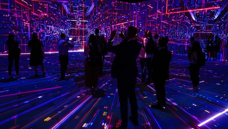 Sejumlah pengunjung menyaksikan pesta teknologi smartphone sedunia, Mobile World Congress di Spanyol. Pameran yang akan berlangsung hingga besok (1/7) berlangsung sederhana.