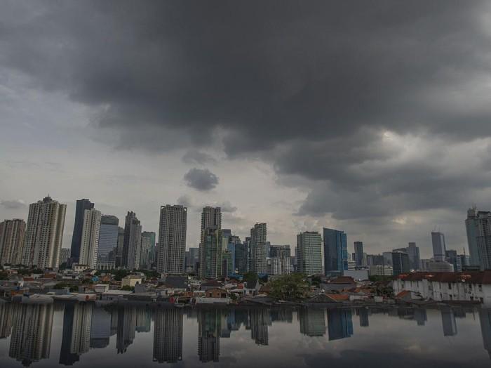 Suasana gedung-gedung bertingkat yang diselimuti awan hitam di Jakarta, Kamis (24/6/2021). Badan Meteorologi, Klimatologi dan Geofisika (BMKG) mengungkapkan wilayah Jakarta dan sekitarnya masih dilanda hujan dan hawa dingin di musim kemarau karena ada gangguan atmosfer Indian Ocean dipole mode yang masih negatif serta diperkirakan terjadi hingga akhir Juni. ANTARA FOTO/Aditya Pradana Putra/rwa.