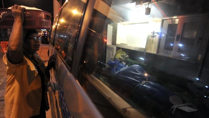 Mobil ambulans mengangkut jenazah penumpang KMP Yunice di Pelabuhan Gilimanuk, Jembrana, Bali, Rabu (30/6/2021) dini hari. Hingga Rabu (30/6) dini hari, sebanyak enam jenazah korban meninggal dalam peristiwa tenggelamnya KMP Yunice di Selat Bali telah ditemukan. ANTARA FOTO/Fikri Yusuf/aww.