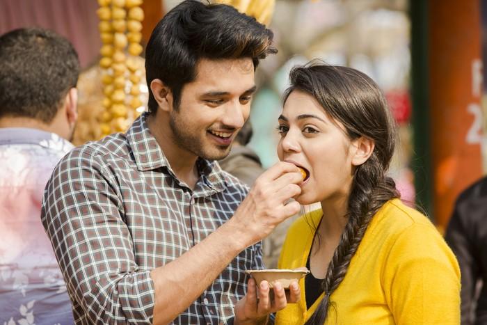 Ledek Suami Suapkan Makanan, Pengantin Ini Bikin Netizen Ngakak