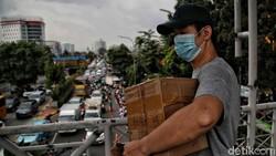 Warga belanja kebutuhan obat dan medis di Pasar Pramuka, Jakarta Timur. Membludaknya permintaan kebutuhan itu akibat lonjakan kasus Corona di Ibu Kota.