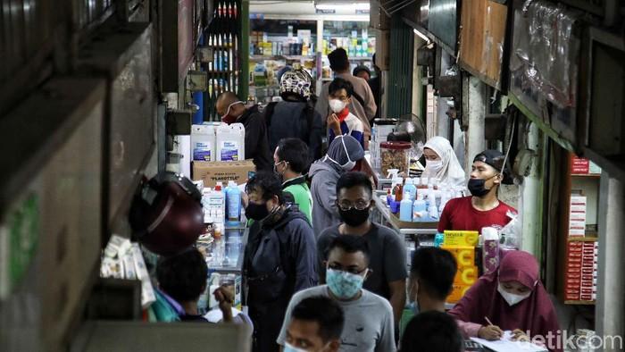 Warga berbelanja kebutuhan obat dan medis di kawasan Pasar Pramuka, Jakarta Timur, Rabu (30/6). Membludaknya permintaan kebutuhan medis itu akibat lonjakan kasus Corona di Ibu Kota.