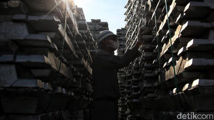 Di kawasan Kuala Tanjung, Sumatera Utara, berdiri Pabrik Inalum. Di sana ratusan ribu ton alumunium per tahun diproduksi untuk kebutuhan industri dalam negeri.