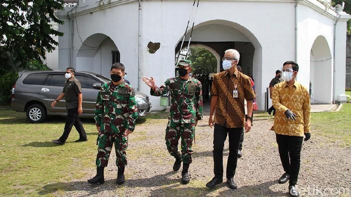 Gubernur Jawa Tengah, Ganjar Pranowo meninjau rumah sakit lapangan untuk isolasi pasien COVID di Solo, Jawa Tengah. Begini potretnya.
