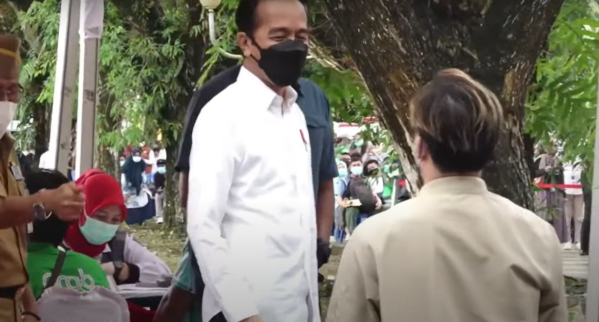 Momen Jokowi Pakaikan Jaketnya ke Warga di Kendari