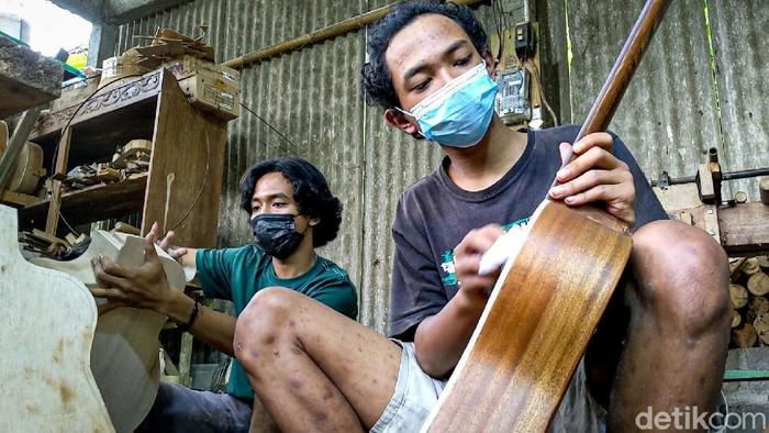 Febrian Gitario, pelajar SMK di Kulon Progo mengisi waktu luang selama pandemi dengan memproduksi gitar kayu. Kini gitar itu telah dipasarkan ke berbagai daerah.