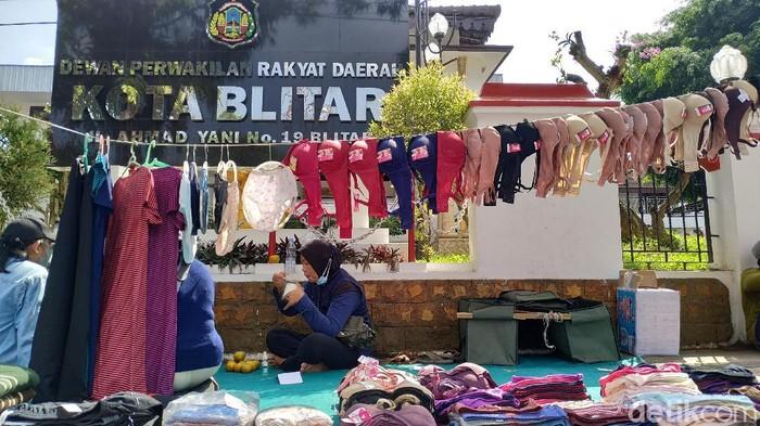 Ada pemandangan tak biasa di depan gedung DPRD Kota Blitar. Para pedagang membuka lapak dagangan mereka berupa pakaian dalam dan lain-lain.